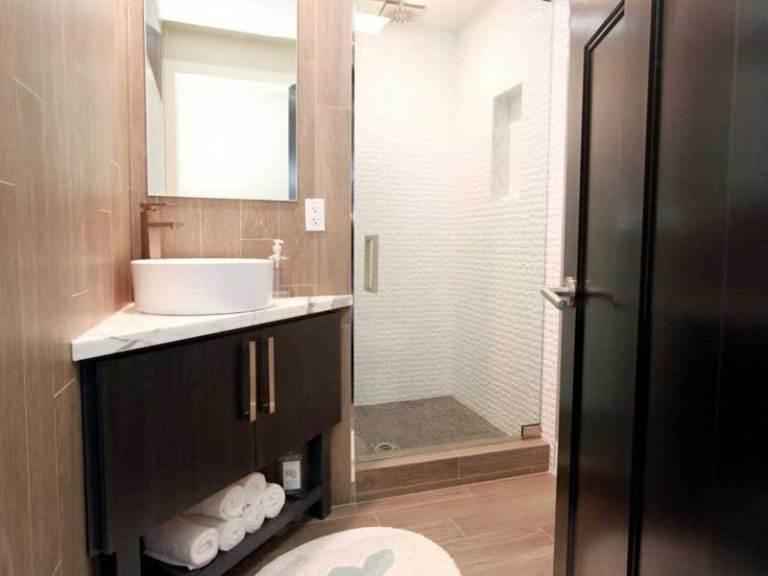 Marvelous easy to clean bathroom remodel ideas #Homedecor #Bathroomremodel #Homerenovation